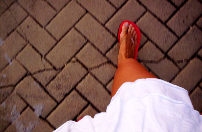 zuzmószerű vörös folt a lábán