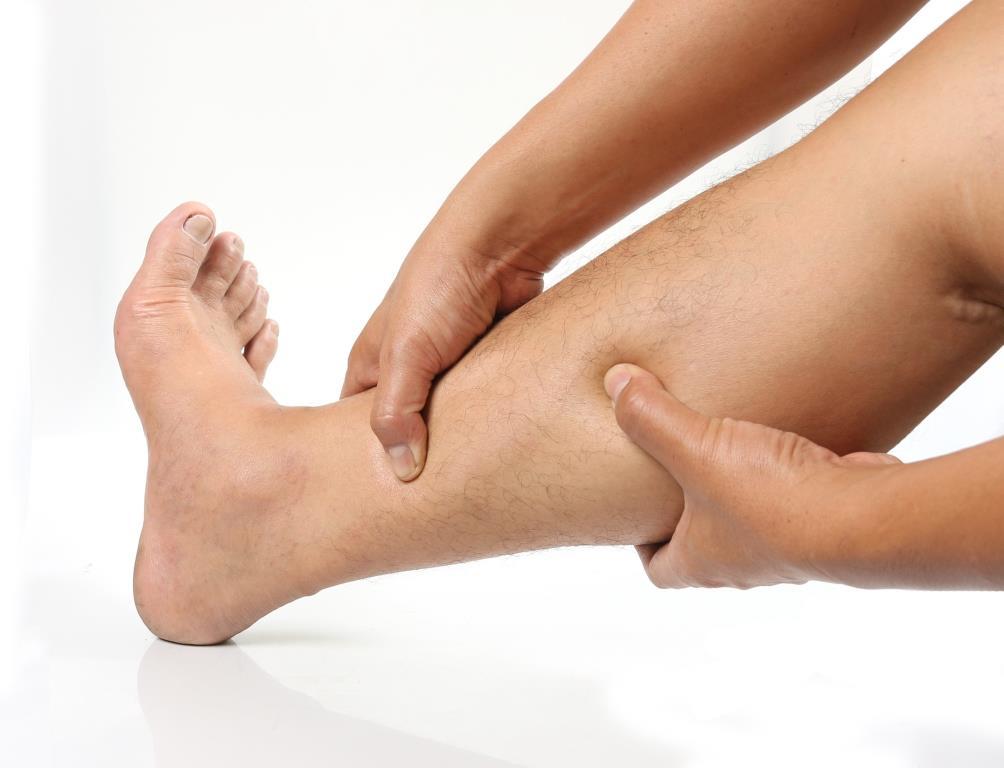a lábak és a karok duzzanata vörös foltokkal)